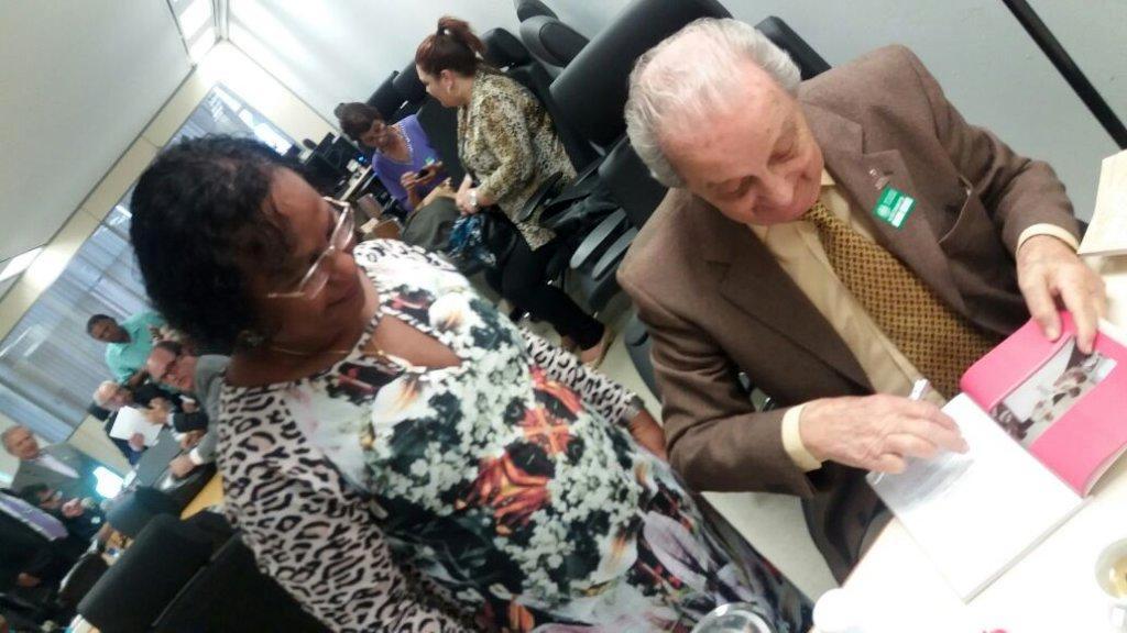 Saulo Gomes autografando o livro A Coragem da Inocência para Maria da Conceição Santos -Diretora do Sindicato dos Metalúrgicos de Volta Redonda