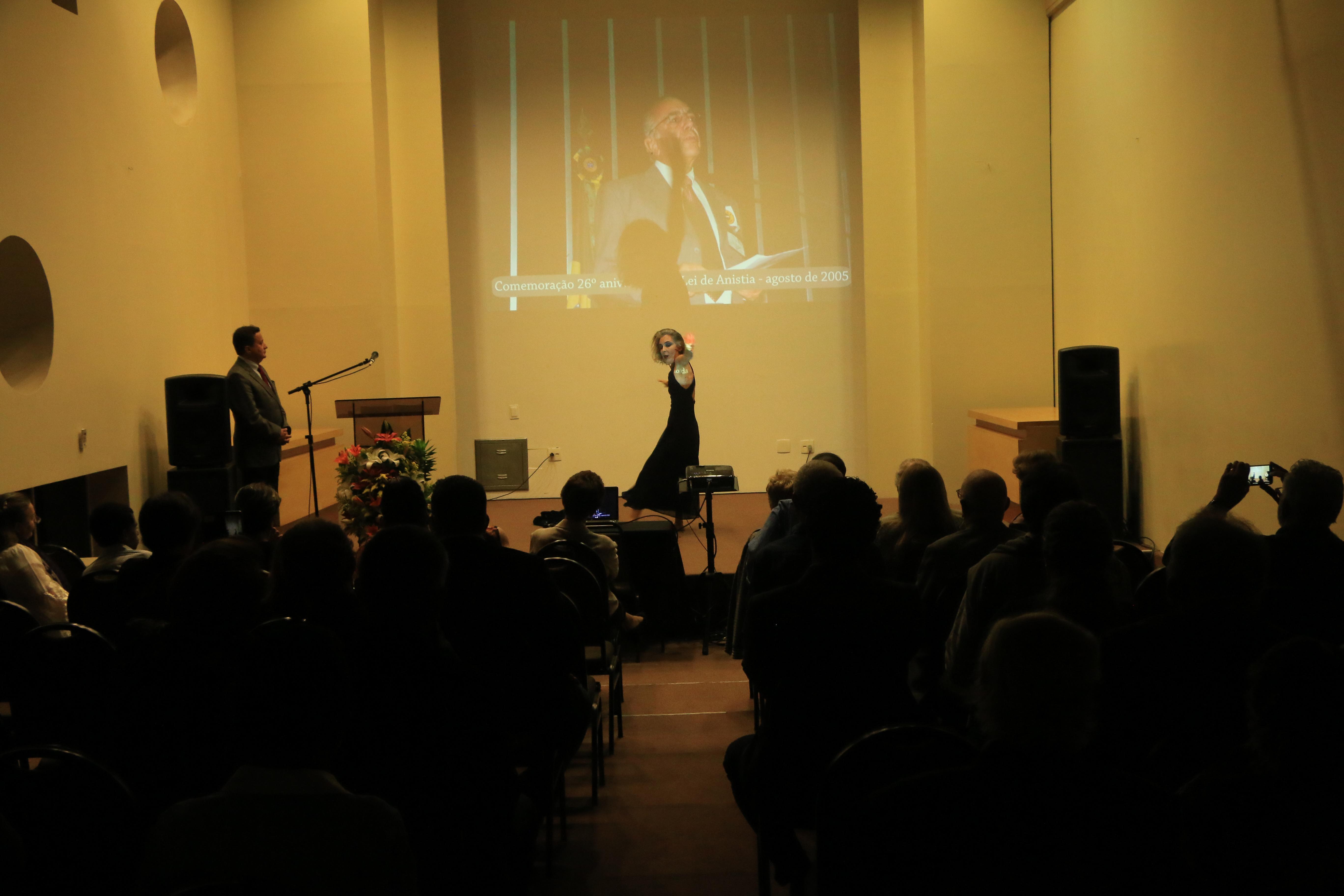 Ciane Fernandes - filha de Carlos Fernandes em apresentação artistica