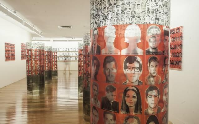 TÓTENS DA OBRA 'MEMÓRIA DO ESQUECIMENTO: AS 434 VÍTIMAS', DE FULVIA MOLINA, EXPOSTA NA EXPOSIÇÃO 'HIATUS'