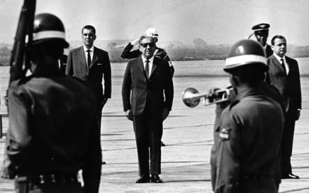 ORG XMIT: 105801_0.tif O presidente Arthur da Costa e Silva (centro), em São Paulo (SP). (São Paulo, SP, 14.05.1967. Foto de Acervo UH/Folhapress)