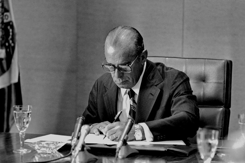 João Figueiredo assina, em 28 de agosto de 1979, a Lei da Anistia (foto: Orlando Brito)