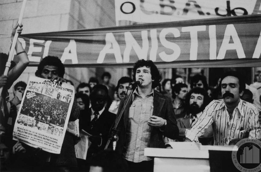 Ato pela anistia na Praça da Sé, em São Paulo (foto: Ennco Beanns/Arquivo Público do Estado de São Paulo)
