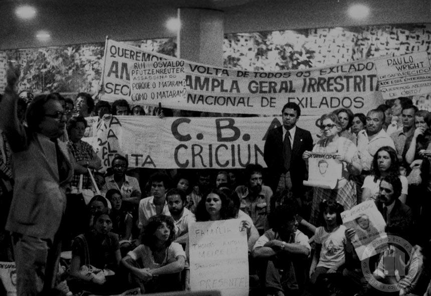 Manifestantes pressionam Congresso (foto: Arquivo Público do Estado de São Paulo)