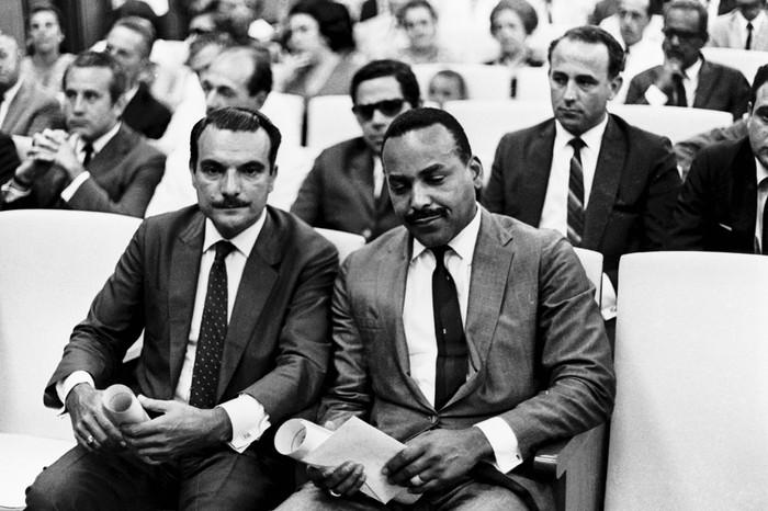 Oswaldo Justo e Esmeraldo Tarquínio na cerimônia de diplomação, em dezembro de 1968 (Reprodução)
