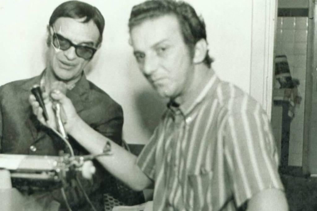 Foto de 1968, onde o jornalista Saulo Gomes entrevistando o médium Chico Xavier, em Uberaba, MG - Arquivo Pessoal