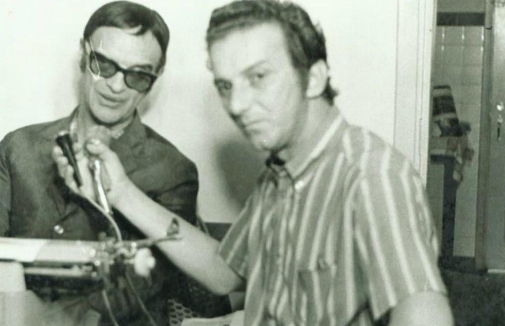Saulo Gomes entrevistando o médium Chico Xavier, em 1968, em Uberaba (MG) — Foto: Arquivo Pessoal