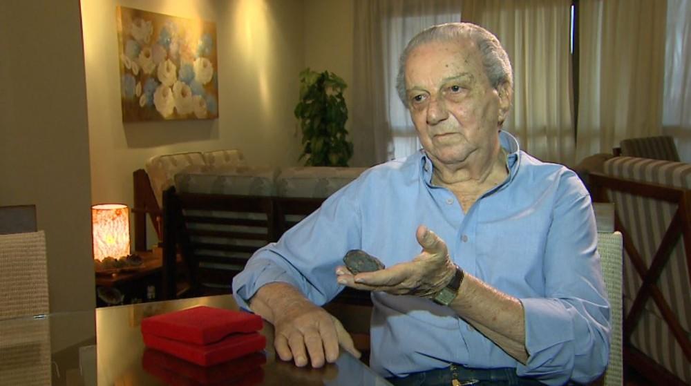 Jornalista Saulo Gomes mostra fragmento de meteorito achado em 1967 — Foto: Alexandre Sá/EPTV/Arquivo