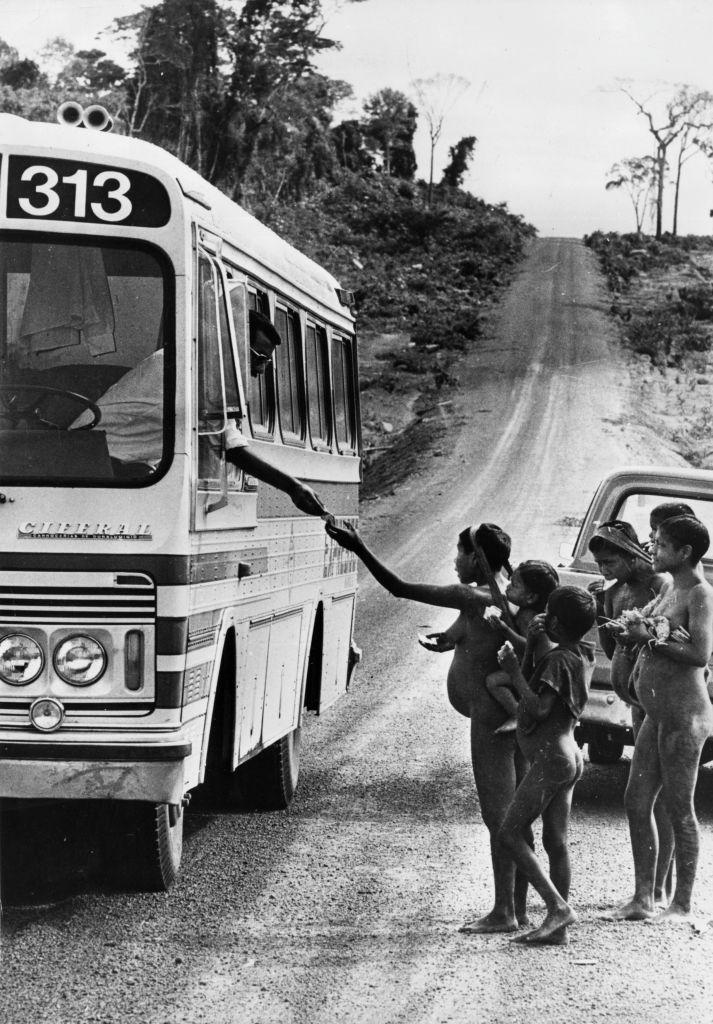 Indígenas do grupo Krain-a-Kores investigam ônibus que atravessa seu território, 1964 / Crédito: Getty Images