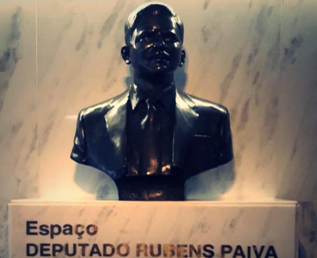 Busto homenageia Rubens Paiva em sala da câmara baixa do Congresso Nacional. Há também um busto do torturado em frente à antiga sede do DOI-CODI onde morreu / Crédito: Divulgação/Facebook